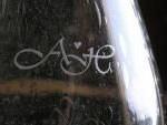 Käsitsi klaasile graveeritud monogramm. Autor Kaja Vaikre