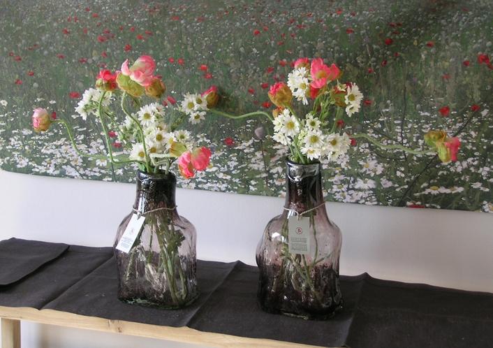 Klaasist õunapuu pakkudesse puhutud klaaspudelid muudavad kodu hubaseks