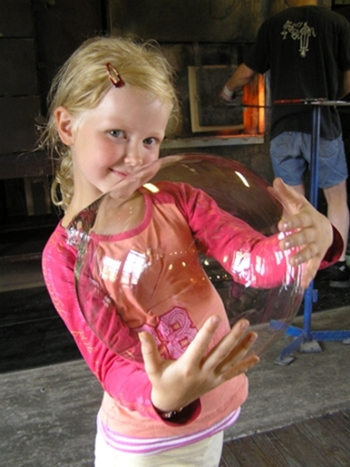 Klaasipuhumine. Järvakandi Klaasistuudio. Eelikese esimene klaasist mull